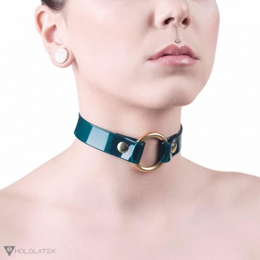 Choker náhrdelník z měkkého PVC v průhledné zelené barvě se zlatým kováním, spojen vpředu kovovým kroužkem.