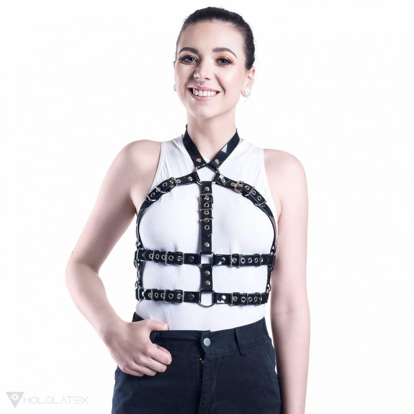 Ein Gürtel Harness aus schwarzem PVC, der das Torso umschließt.