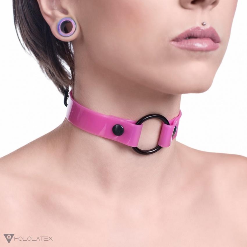 Choker náhrdelník z růžového PVC s černým kováním, spojen vpředu kroužkem.
