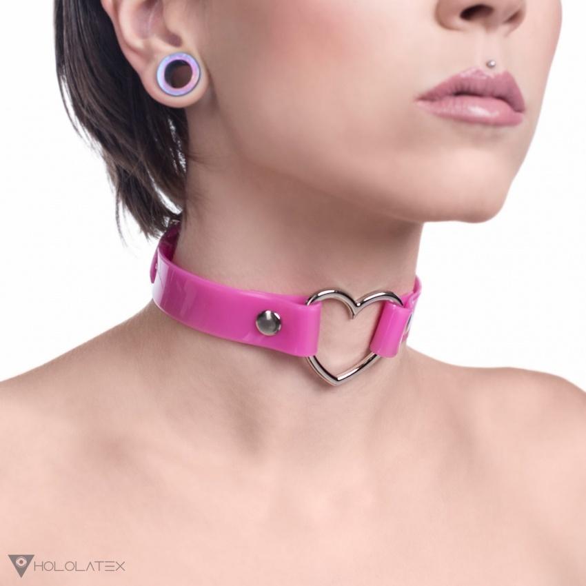 Ein Choker Halsband in pink, verbunden in der Mitte mit einem dekorativen Metall Herz.
