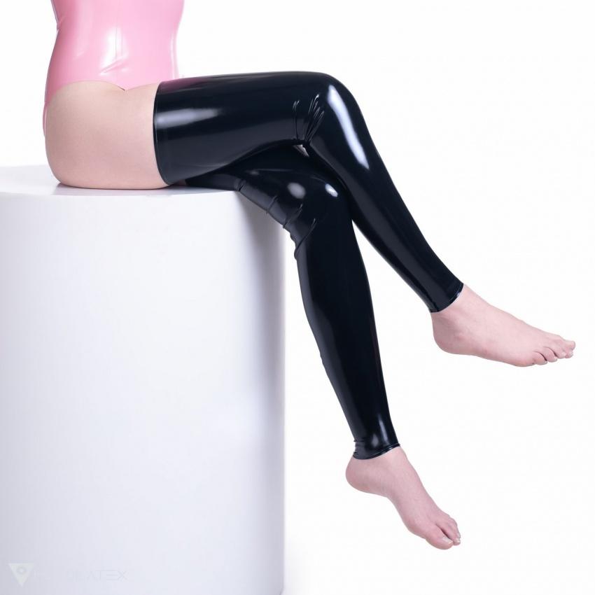 Schwarze Latex Strümpfe in einem glatten Design.