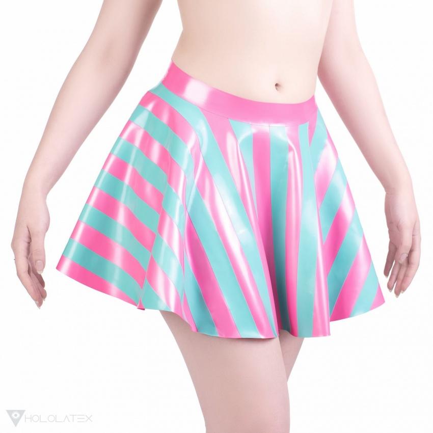 Latexová kolová sukně v metalické žvýkačkové barvě se zelenkavými proužky.