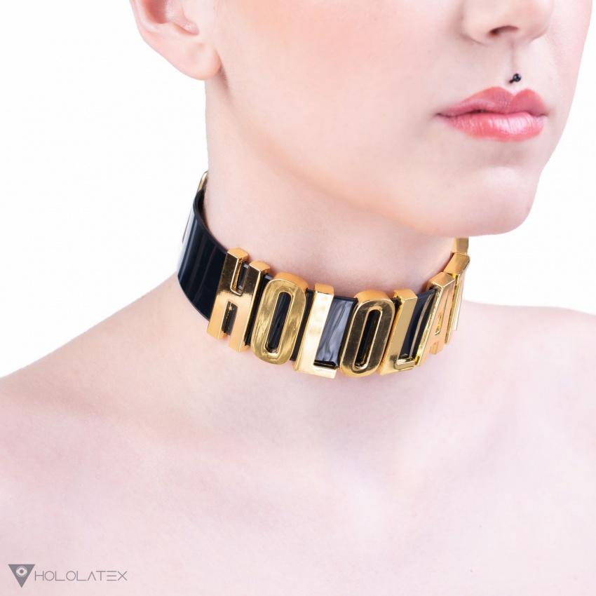 Ein schwarzer Hals Choker mit goldenen Buchstaben.