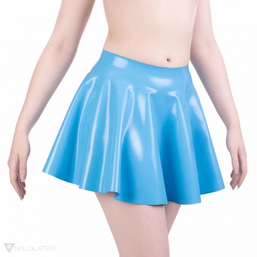 Blankytná latexová kolová sukně jednoduchého vzdušného designu - pohled zepředu.