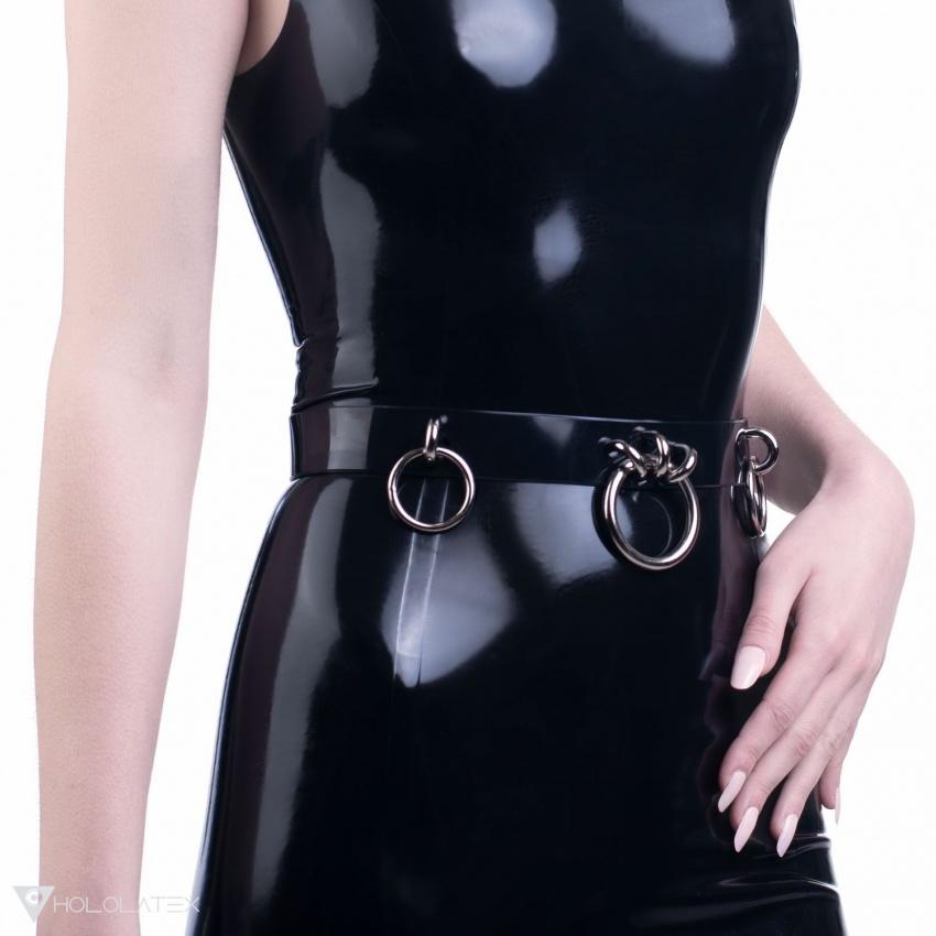 Černý pásek ozdobený zavěšenými kroužky.