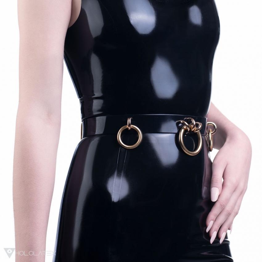 Ein schwarzer PVC Gürtel verziert mit Ringanhängern.