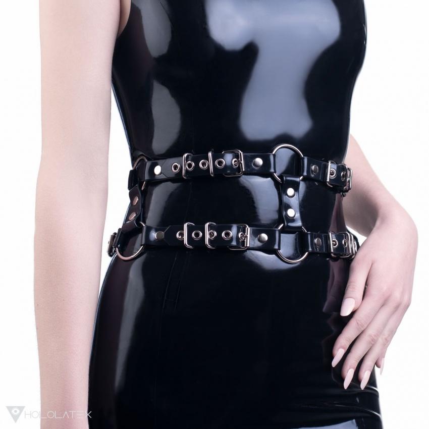Ein schwarzer Gürtel mit zwei Reihen aus weichem PVC.