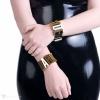 3 cm breite Armbänder aus PVC verziert mit metallischen goldfarbenen Buchstaben.