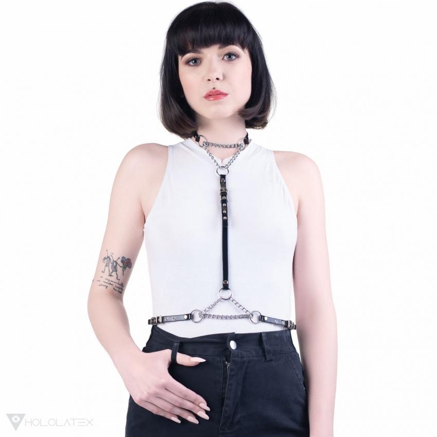 Ein dezenter Harness aus dünnen PVC Streifen verbunden mit einer Kette.