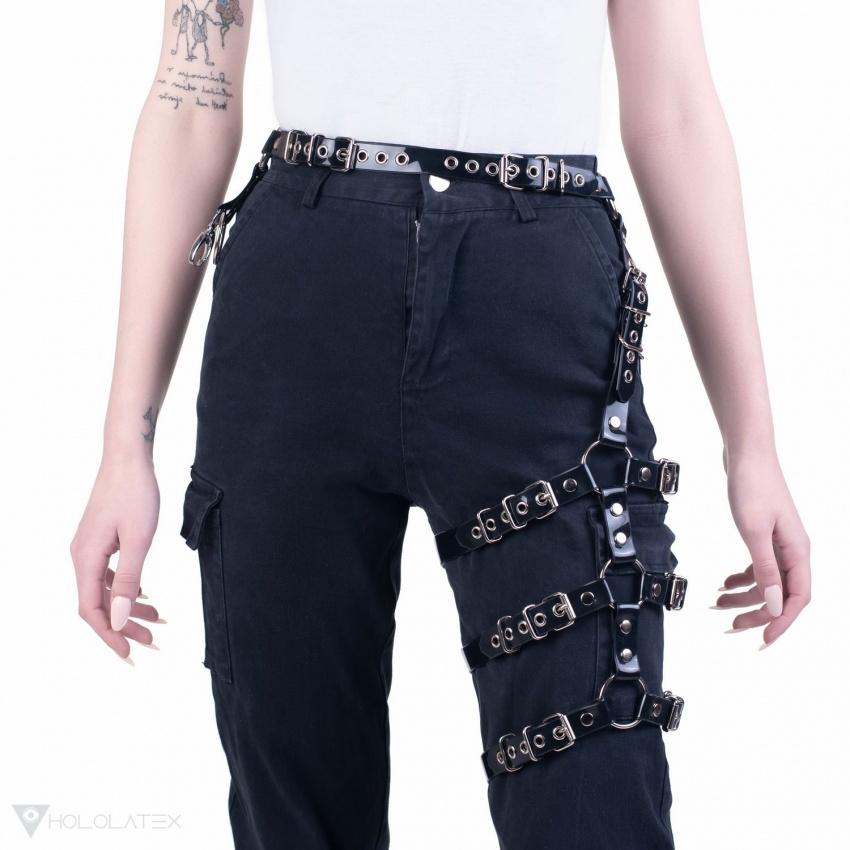 Černý páskový postroj na stehno.