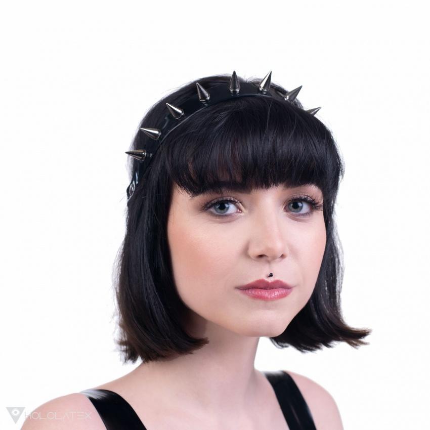 Ein Stirnband mit kleinen Stacheln.