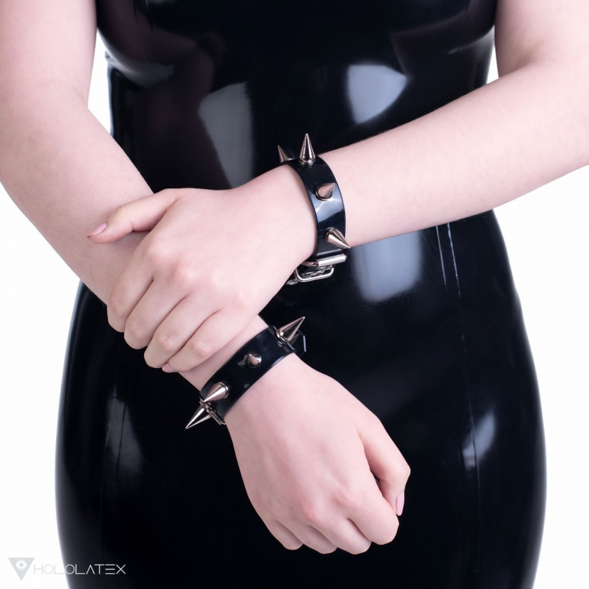 Ein Armband aus PVC mit Stacheln.