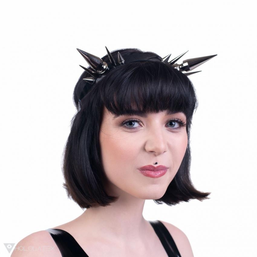 Ein Stirnband aus PVC mit großen Stacheln.