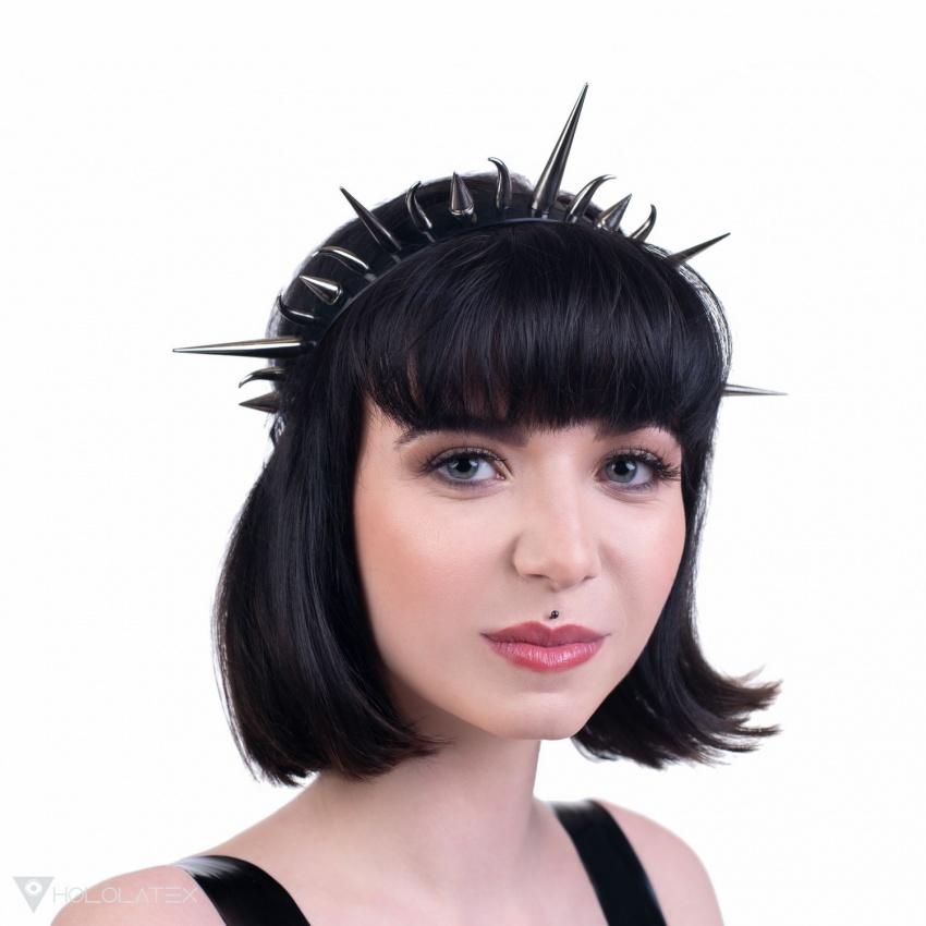 Ein Stirnband mit Stacheln, das einem Heiligenschein ähnelt.