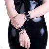 Ein Armband aus PVC verziert mit einem Ringanhänger.