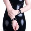Ein Armband aus PVC mit einem Ringanhänger.