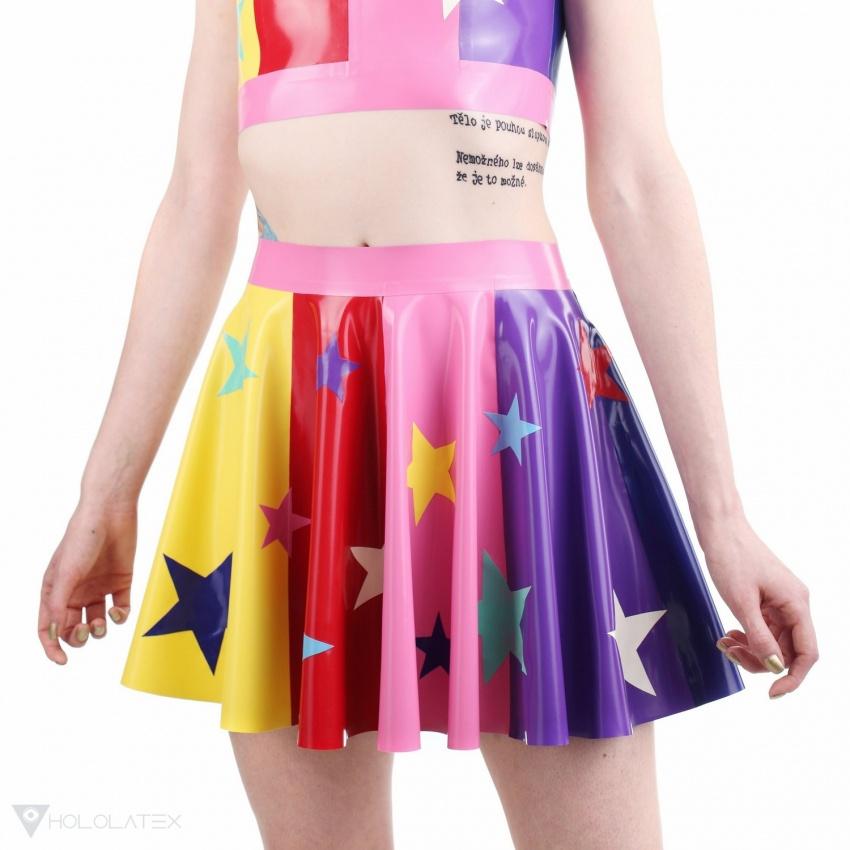 Latexová kolová sukně v duhové barvě s hvězdami.