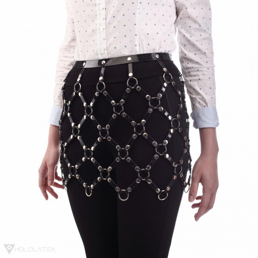 Černý oděvní postroj z malých pásků, připomínající sukni.