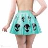 Latexová sukně s motivem alienů v zelenkavé barvě - pohled zezadu.