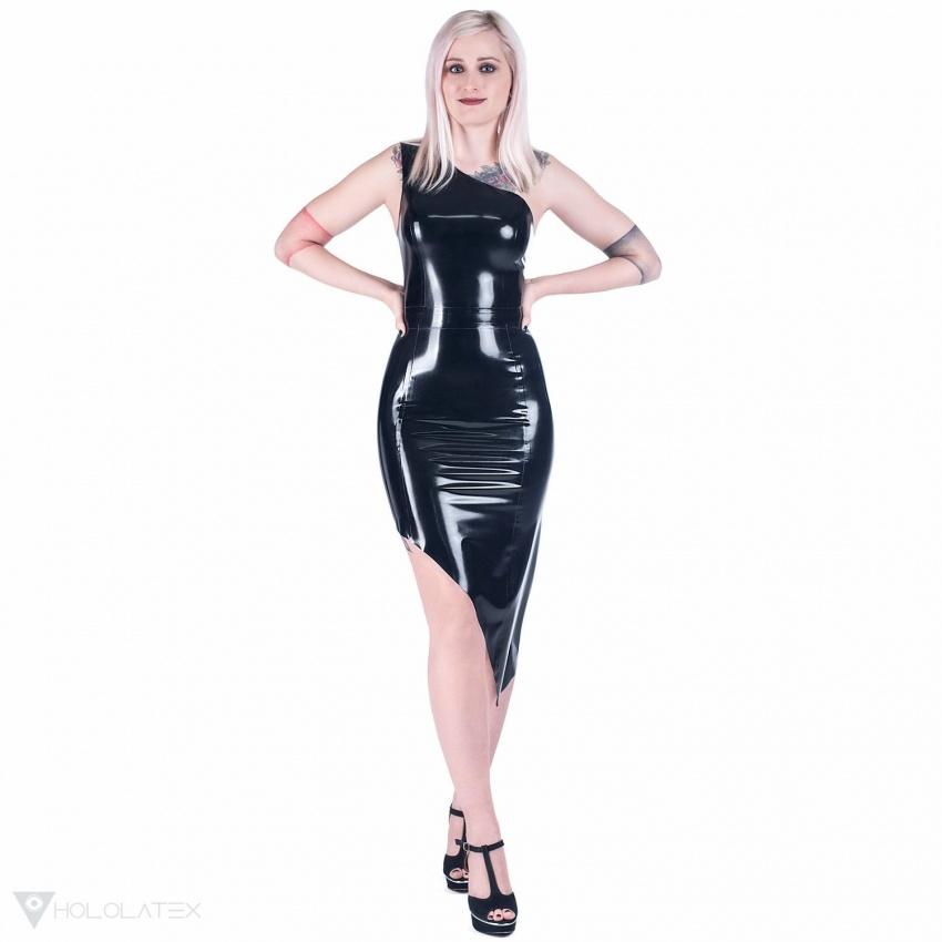 Ein schwarzes Latex Kleid in diagonalem Schnitt.