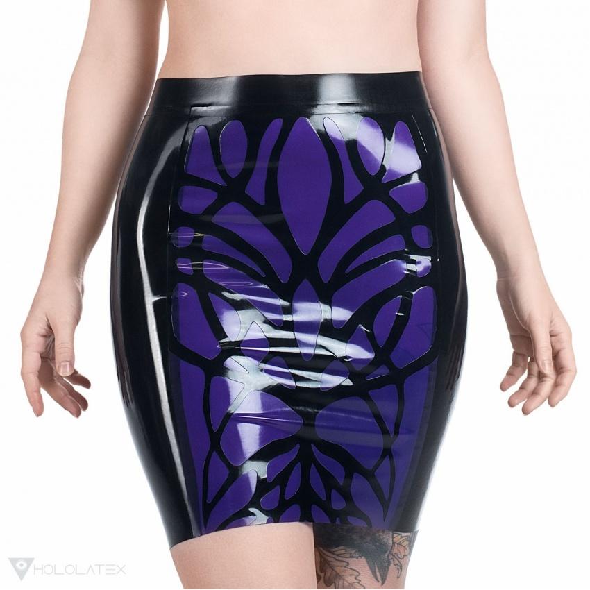 Černá latexová sukně s fialovým organickým vzorem.