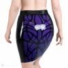 Ein schwarzer Latex Rock mit einem violetten organischen Design - Anblick von hinten.