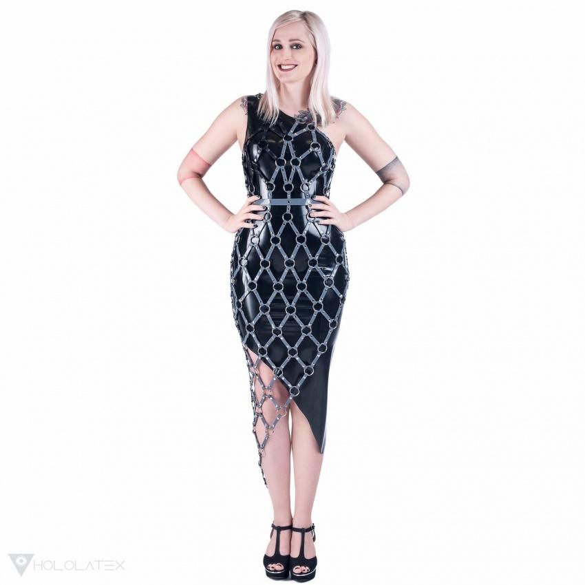 Ein schwarzes Latex Kleid in diagonalem Schnitt mit einem asymmetrischen Harness.