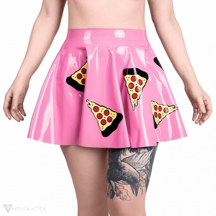 Kolová latexová sukně s motivem volně umístěných plátků pizzy. Pohled zepředu.