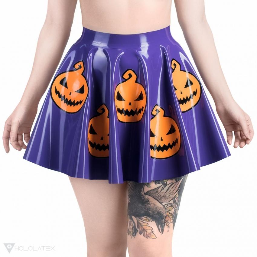 Latexová kolová sukně ve fialové barvě s motivem halloweenských dýní.