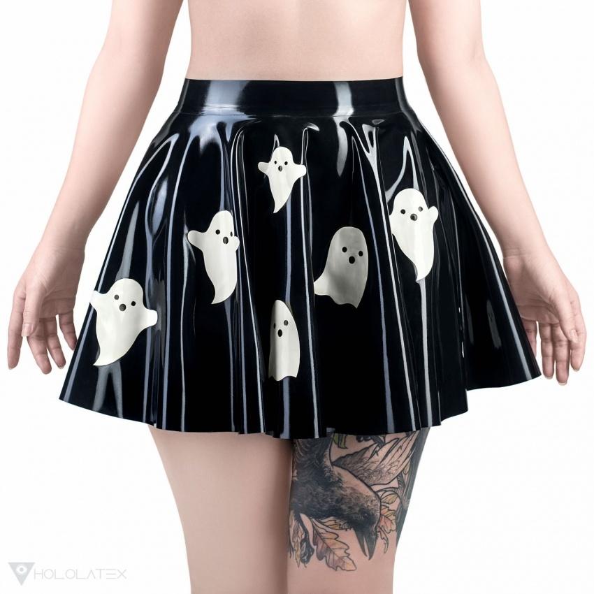 Černá latexová sukně se vzorem duchů.