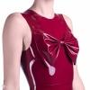Detailansicht der dekorativen Schleife auf einem weinroten Latex Kleid.