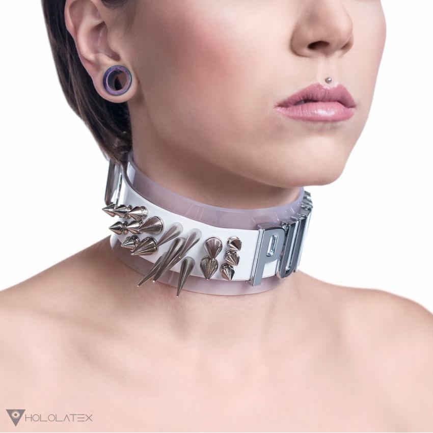 Masivní choker náhrdelník z bílého a poloprůhledného bílého PVC s hroty různých velikostí a nápisem.