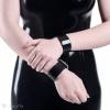 Ein einfaches, glattes Armband aus schwarzem PVC.