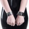 Schwarze Armbänder aus PVC verziert mit Aufschriften PURE und EVIL aus Metallbuchstaben - Detail.