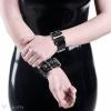 Schwarze Armbänder aus PVC - Detailansicht des Verschlusses mit einer Metallschnalle.