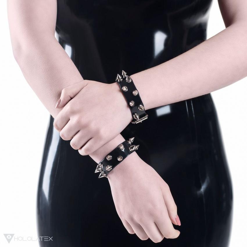 Černý náramek z PVC zdobený dvěma řadami krátkých kovových hrotů stříbrné barvy.