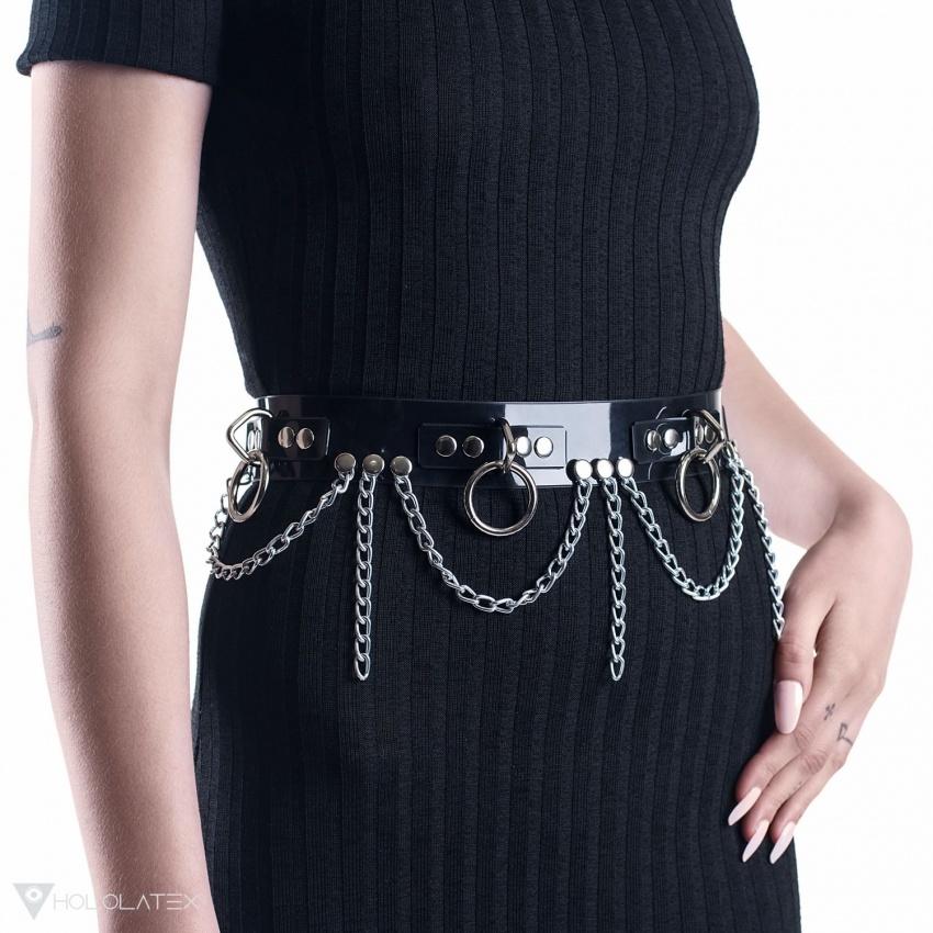 Ein schwarzer Gürtel aus PVC, verziert mit Ketten, Ringen und Nieten.