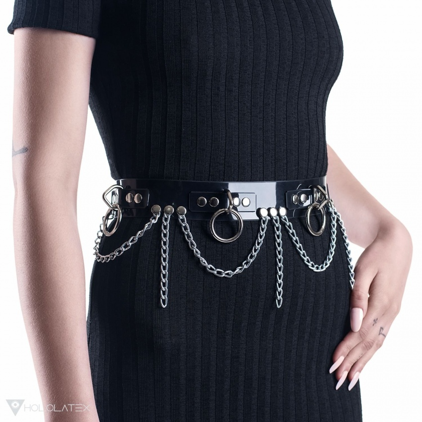 Černý pásek z PVC, zdoben řetízky, kroužky a nýtky.