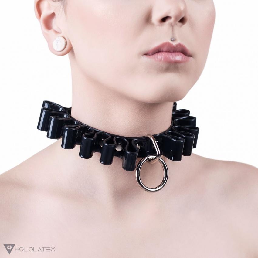 Choker na krk z PVC černé barvy s řasením po celém svém obvodu. Vpředu ozdoben visícím kroužkem.