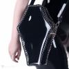 Eine sargförmige Handtasche aus weichem PVC mit einem Schulterriemen in schwarz.