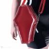 Eine sargförmige Handtasche aus weichem PVC mit einem Schulterriemen in semi-transparentem rot.