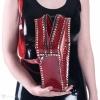 Detailansicht des Verschlusses auf einer sargförmigen Handtasche - metallischer Reißverschluss.