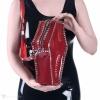 Eine Handtasche in der Form von einem Sarg aus semi-transparentem rotem PVC.